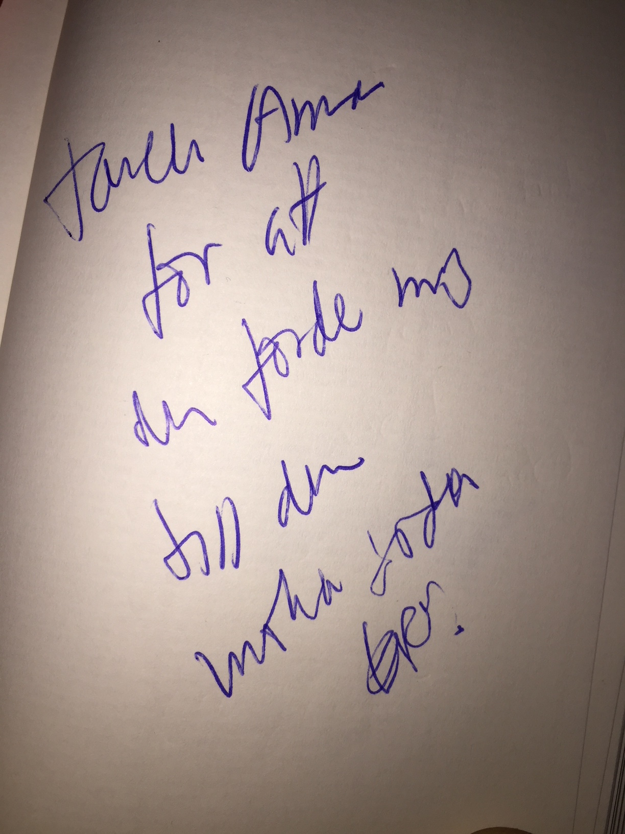 Eriks tackhälsning på vitt papper med texten: Tack Anna för att du förde mig till din mörka sida. Signerat Erik.