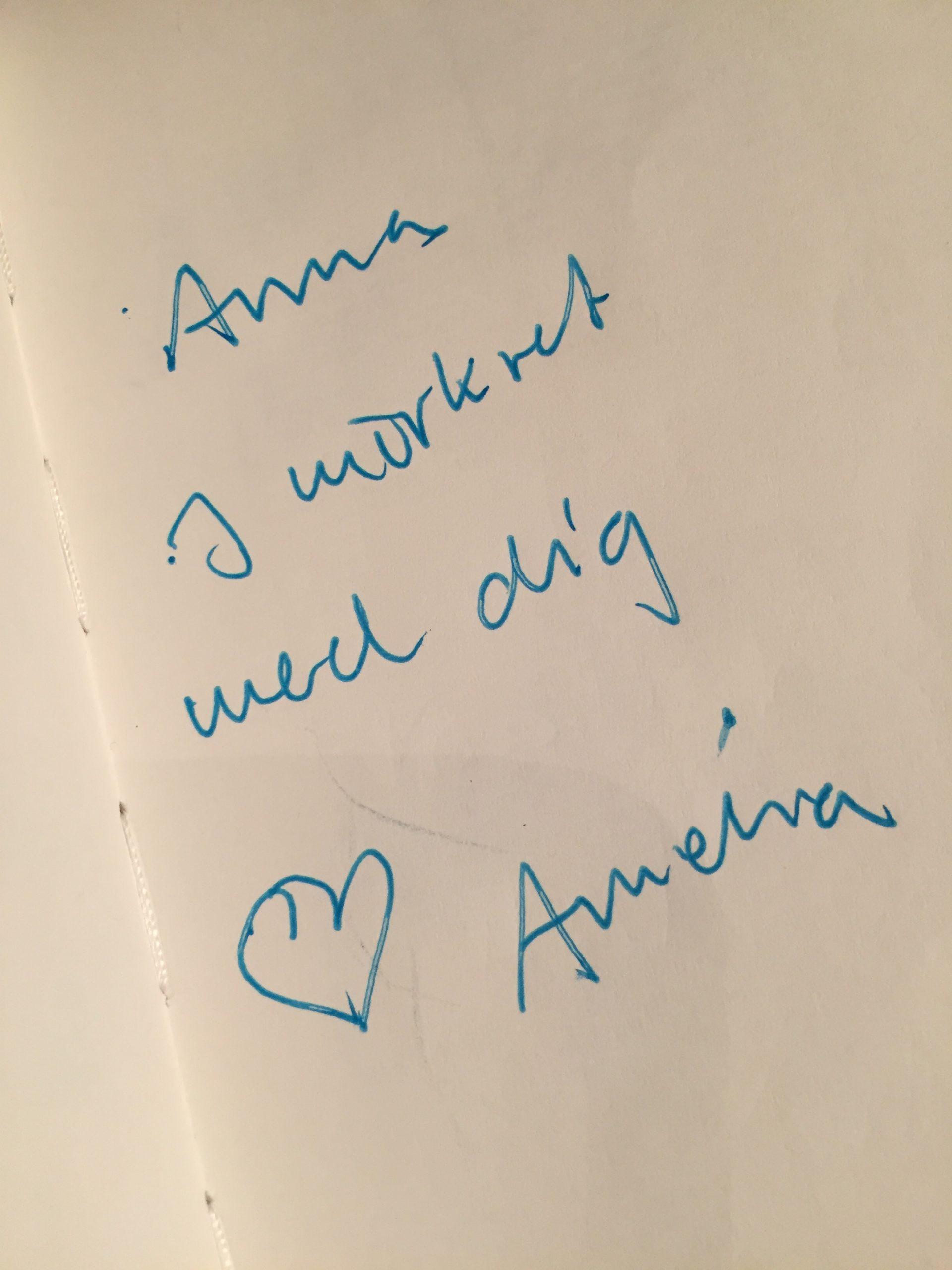 Amelias hälsning på vitt papper: Anna i mörkret med dig, hjärta, Amelia