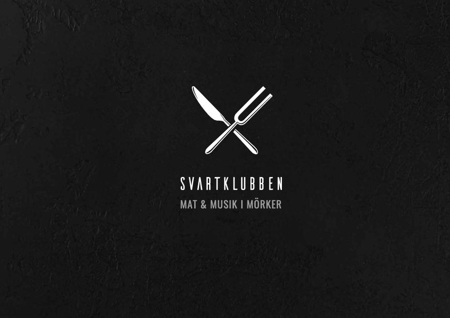 Svartklubben logotyp, två bestick i kors, svart bakgrund. Text undertill: Mat & Musik i Mörker.