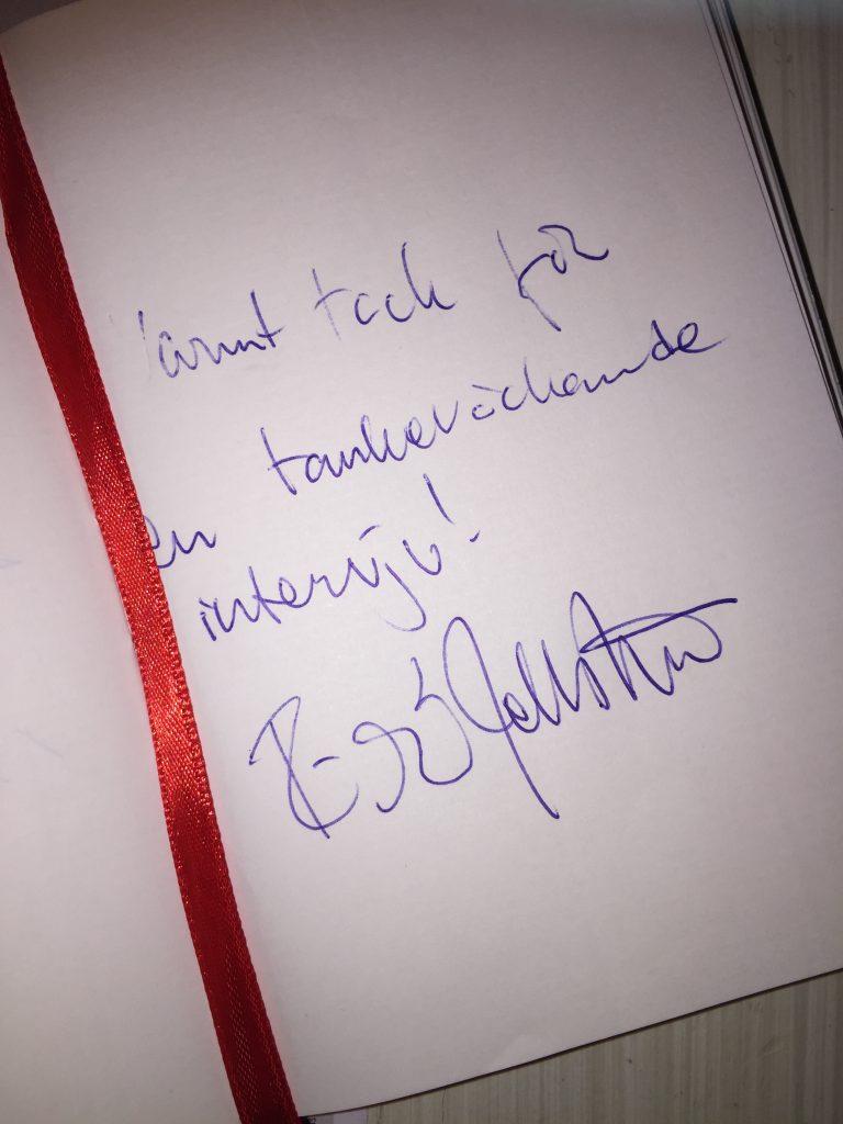Meddelande på vitt papper med texten: Varmt tack för en tankeväckande intervju! Signerat Richard.