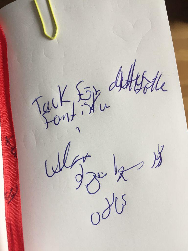 Tackmeddelande skrivet på vitt papper signerat Alán Ali.