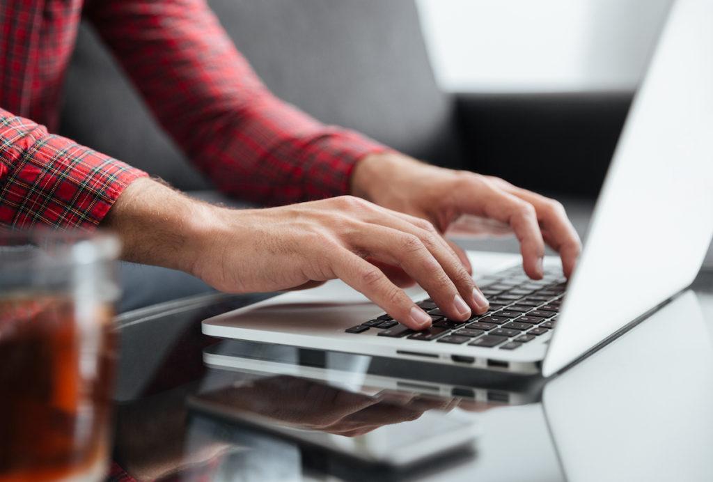 Någon skriver på ett tangentbord på en dator